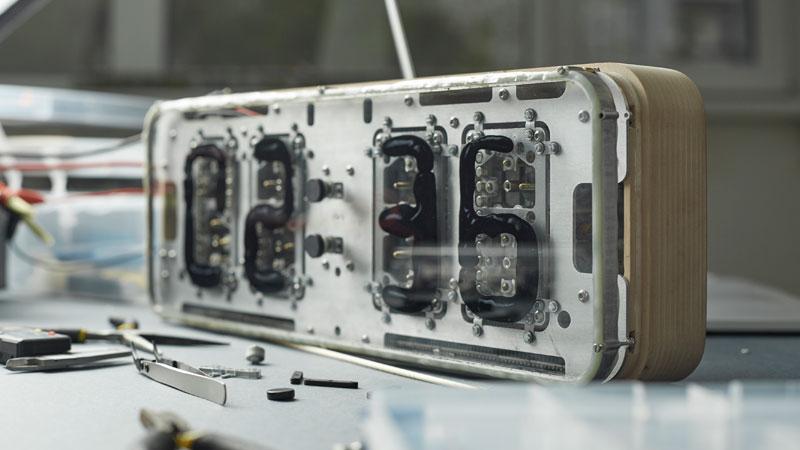 Rhei Electro-Mechanical Clock with Liquid Display Mangets Ferrofluids (11)