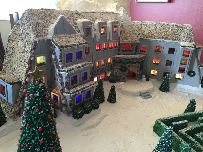 faimly makes ginerbread replica of the hotel from the shining (9)