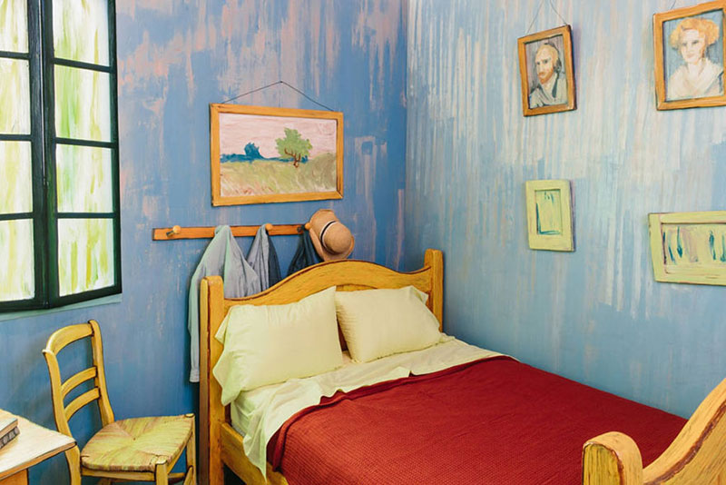 AIC Museum Recreates Van Gogh Bedroom Painting and Puts it on Airbnb (4)