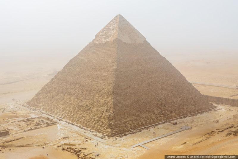 Andrej Ciesielski illegally scales giza pyramid (2)