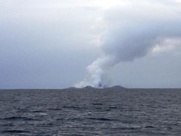 boaters witness birth of an island underwater volcano (11)