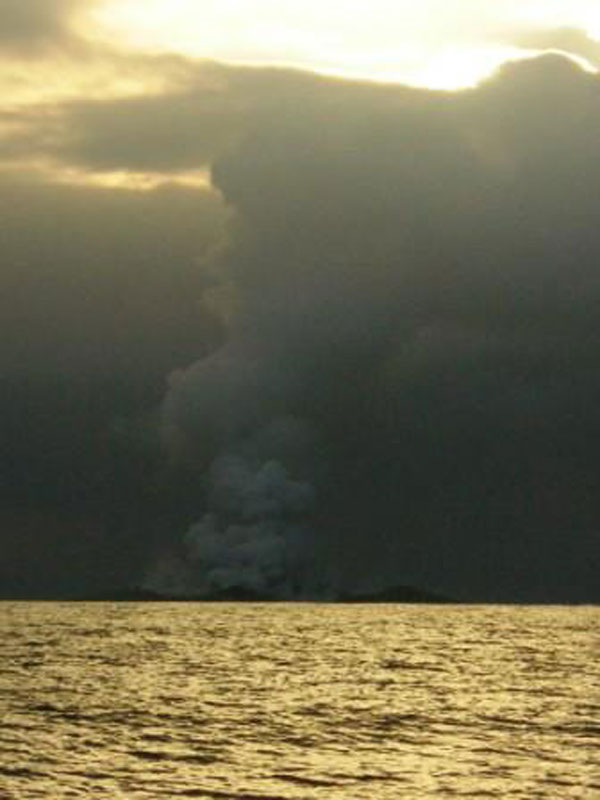 boaters witness birth of an island underwater volcano (12)