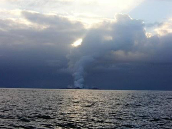boaters witness birth of an island underwater volcano (13)