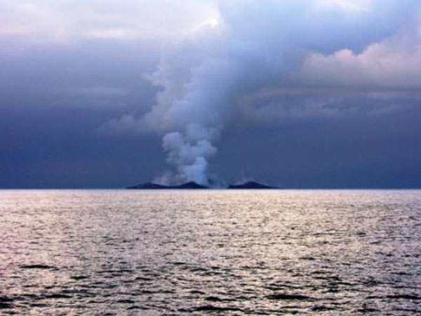boaters witness birth of an island underwater volcano (14)