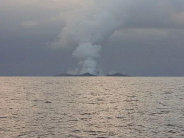 boaters witness birth of an island underwater volcano (15)
