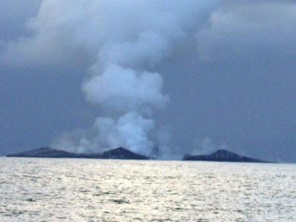 boaters witness birth of an island underwater volcano (16)