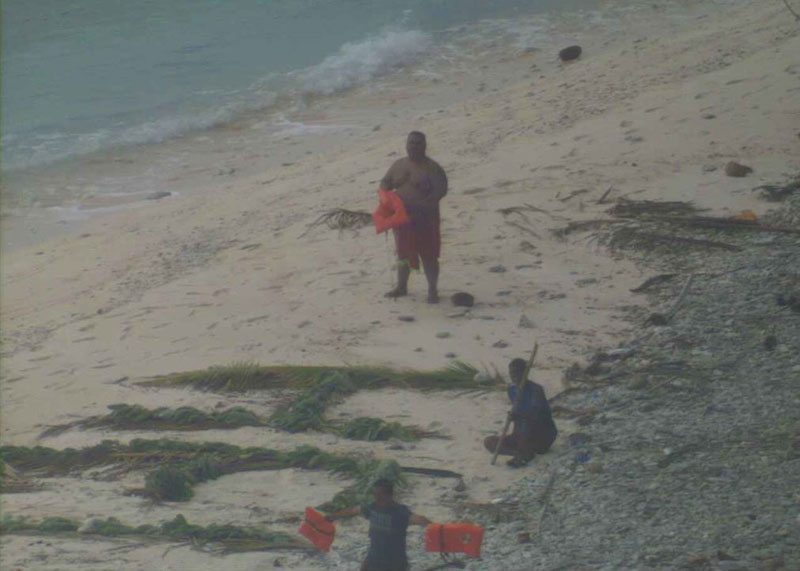 Aircraft Spots HELP Sign on Beach, Rescues 3 Men Stranded on Remote Island (2)