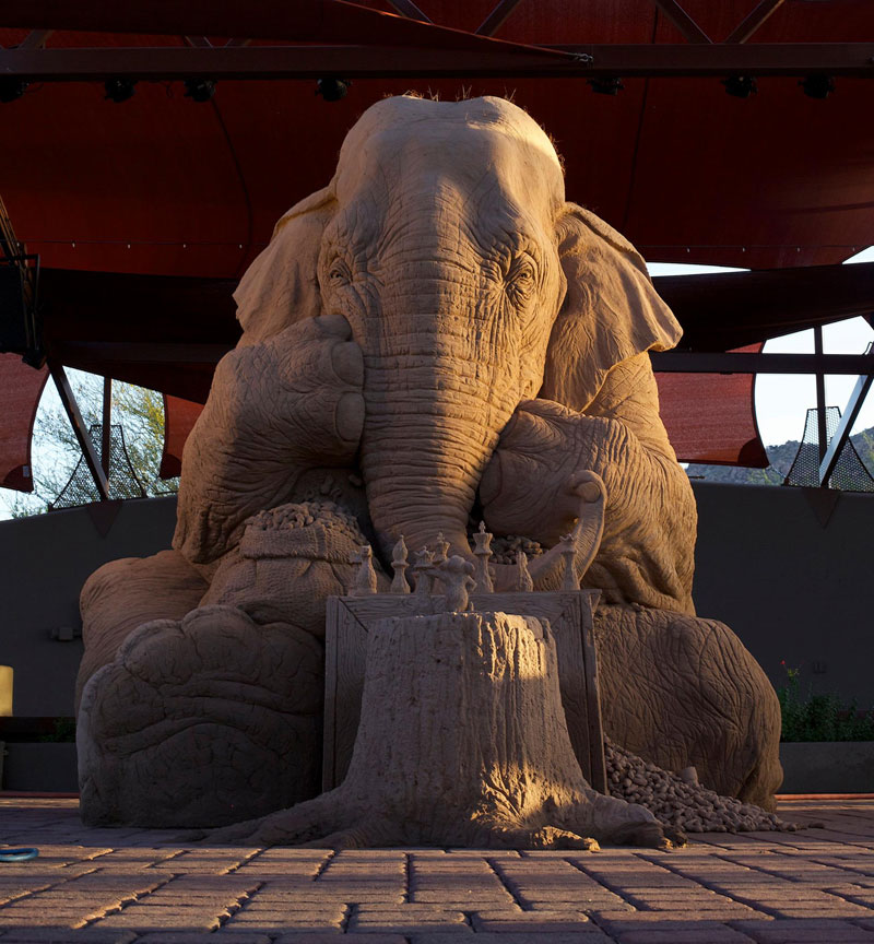 elephant playing chess with mouse sand sculpture by ray villfane and sue beatrice (9)