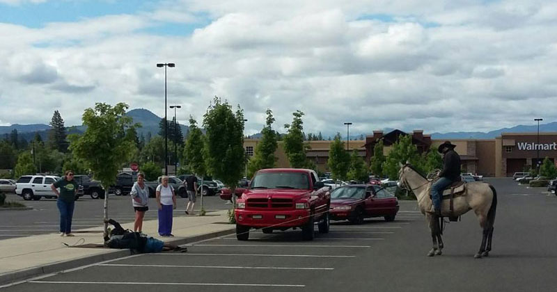 Guy-on-Horse-Lassoes-Bike-Thief-in-a-Wal-Mart-Parking-Lot-(3)