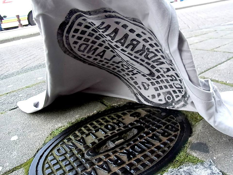 Raubdruckerin Guerilla Printing Manhole Covers Onto Shirts and Bags (7)