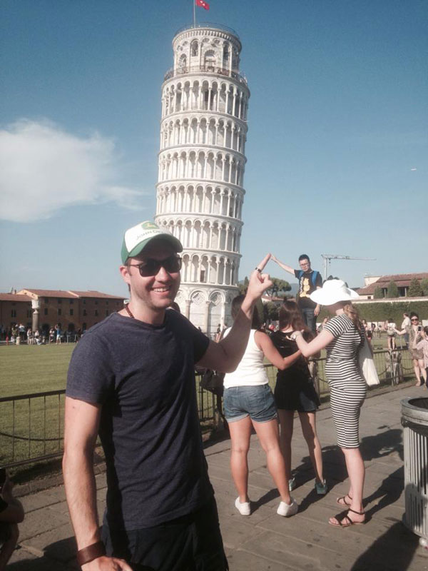 guy has blast with oblivious tourists at the leaning tower of pisa 1 This Guy Had a Blast with Oblivious Tourists at the Leaning Tower of Pisa