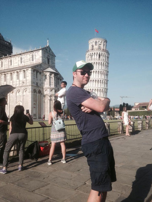 guy has blast with oblivious tourists at the leaning tower of pisa 6 This Guy Had a Blast with Oblivious Tourists at the Leaning Tower of Pisa