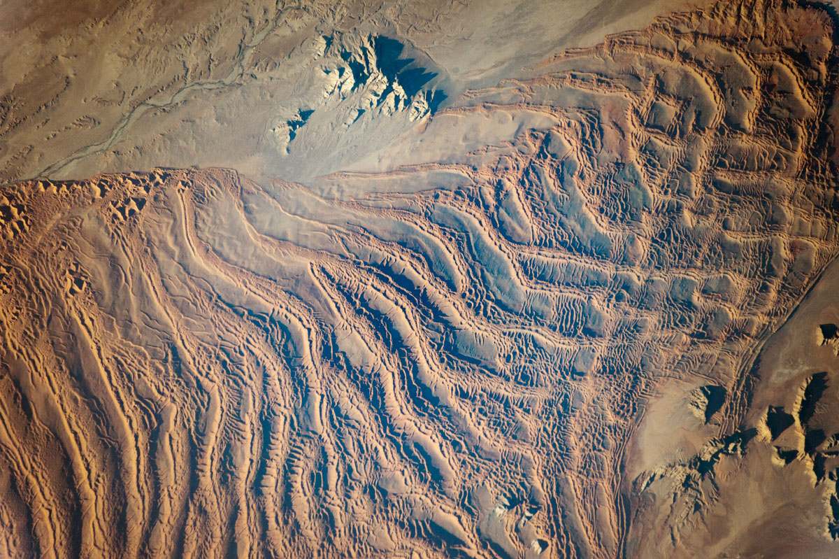 linear dunes namib sand sea nasa iss 1 Picture of the Day: The Linear Dunes of the Namib Sand Sea from Space
