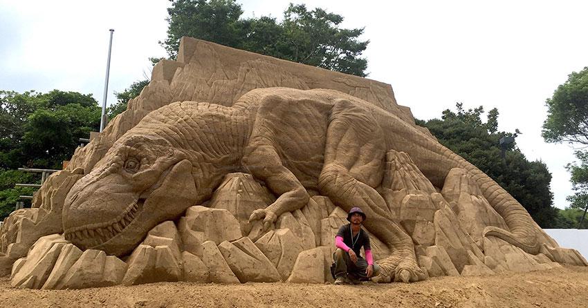 Toshihiko Hosaka Creates Incredible Things Out of Sand