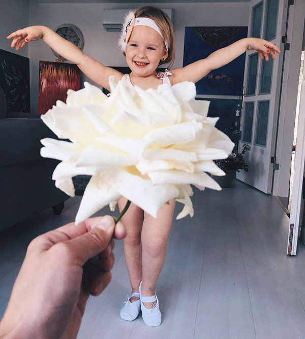 mom and daughter make dresses with food flowers and forced perspective 7 Mom and Daughter Make Dresses with Flowers, Food and Forced Perspective