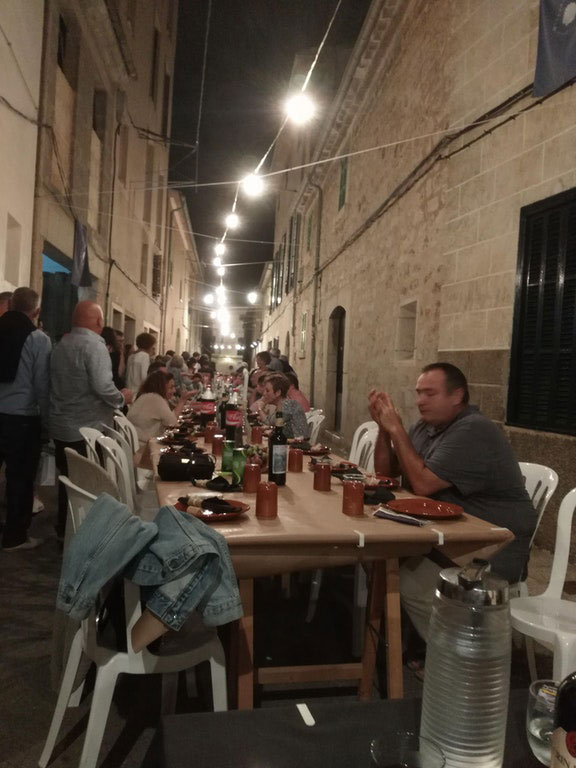 every year this entire town shuts down to have dinner together in the streets 7 Every Year this Entire Town Shuts Down to Have Dinner Together in the Streets