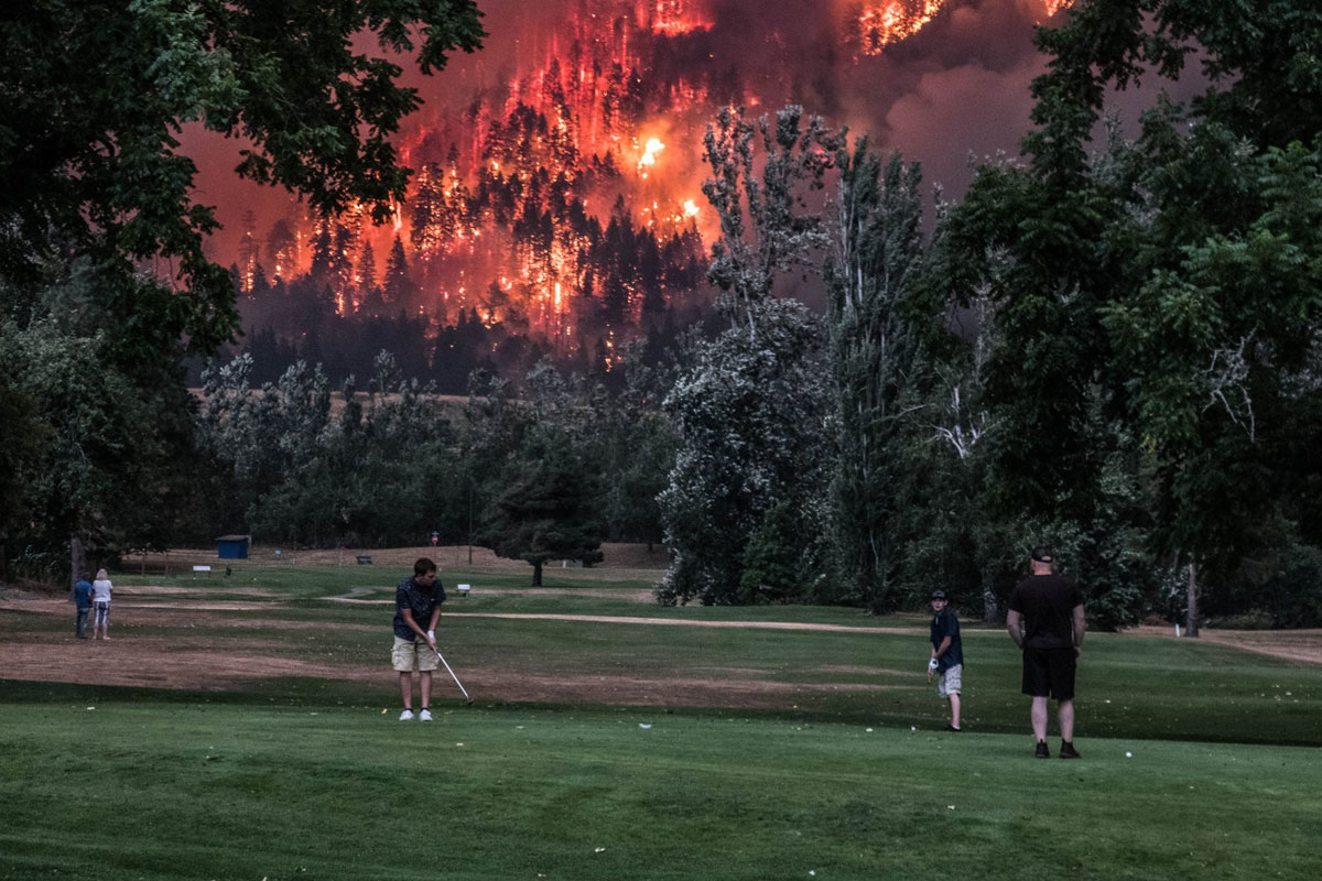 golfing wildfires oregon Photo of Golfers Playing in Front of Oregon Wildfires Goes Viral