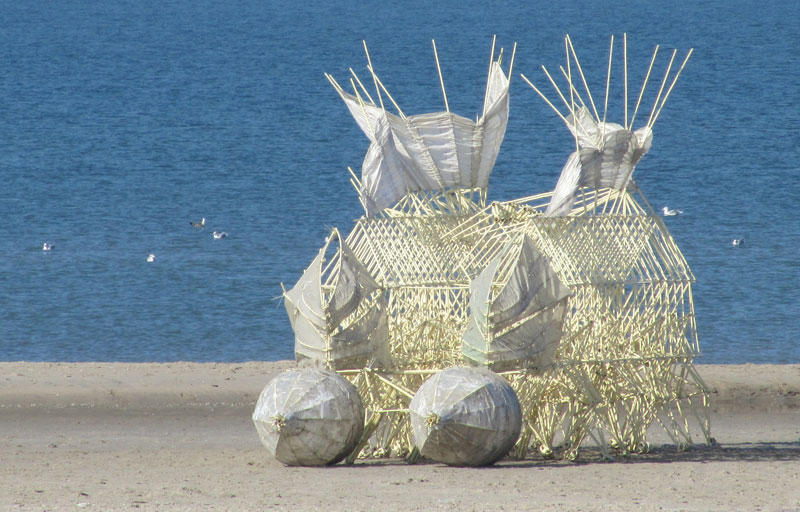 kinetic beach walkers powered by the wind by theo jansen 6 Strandbeests: The Kinetic Beach Walkers Powered by the Wind