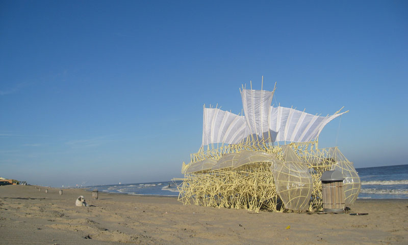 kinetic beach walkers powered by the wind by theo jansen 7 Strandbeests: The Kinetic Beach Walkers Powered by the Wind