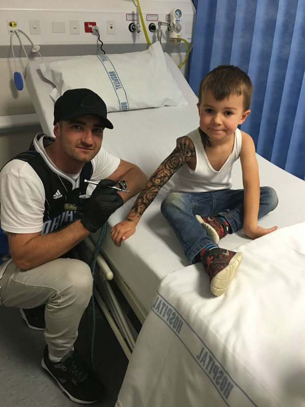 tattoo artist benjamin lloyd gives kids at hospital temporary tats 2 Artist Gives Kids Temporary Tats to Try to Make Hospital Life More Fun