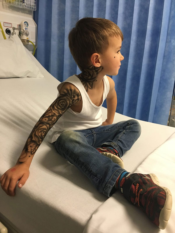 tattoo artist benjamin lloyd gives kids at hospital temporary tats 4 Artist Gives Kids Temporary Tats to Try to Make Hospital Life More Fun