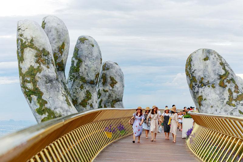 giant hands holding up golden bridge on ba na hills da nang vietnam 5 Giant Hands Raise Bridge in Vietnam to the Sky