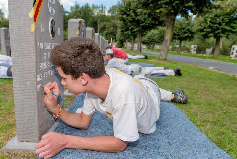 belgian students commemorate 100 years by restoring graves of ww1 soldiers 2 Belgian Students Commemorate 100 Years By Restoring Graves of WW1 Soldiers