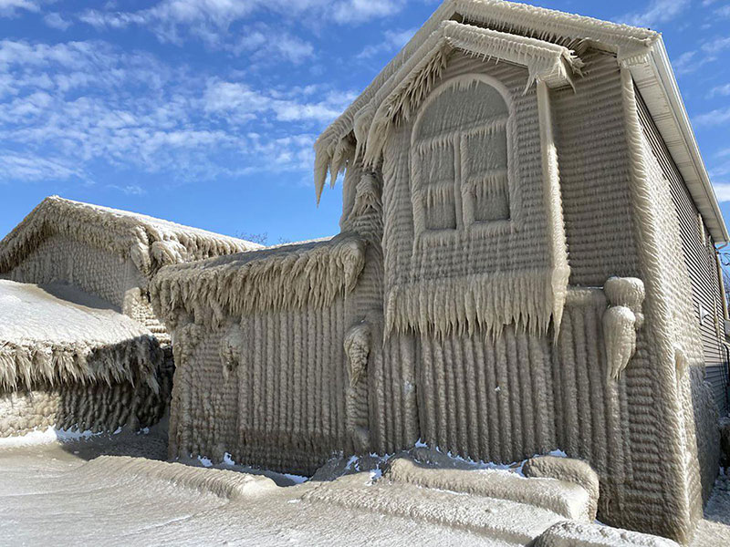 gale force winds along lake erie turned these houses into ice castles 1 Gale Force Winds Just Turned These Lake Erie Houses Into Ice Castles