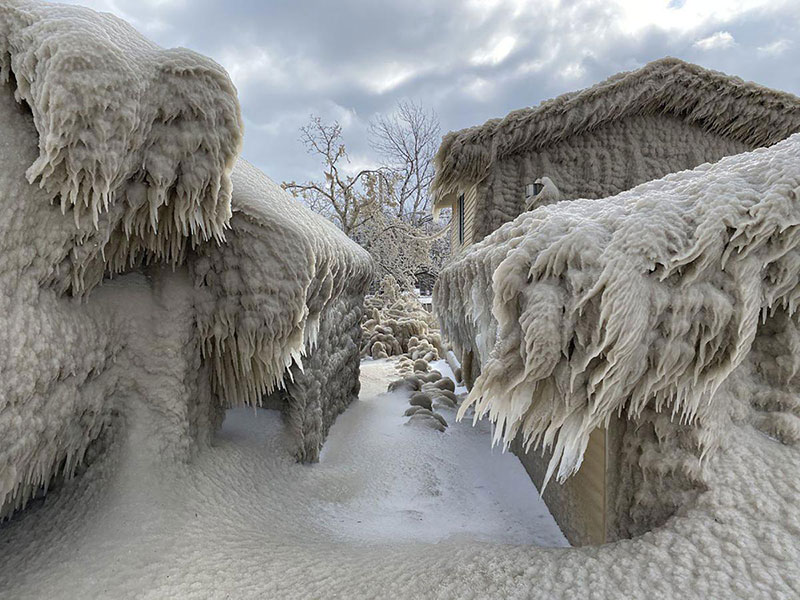 gale force winds along lake erie turned these houses into ice castles 3 Gale Force Winds Just Turned These Lake Erie Houses Into Ice Castles