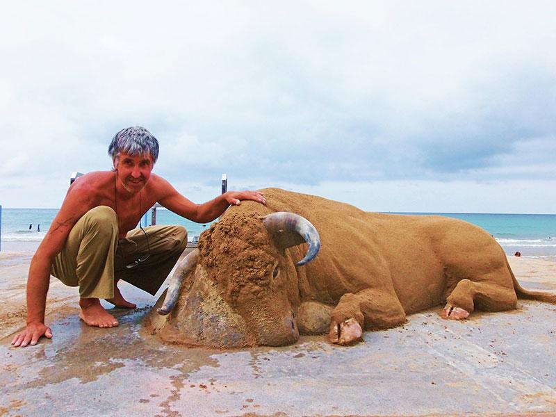 realistic bull sand sculpture by andoni bastarrika 2 This Amazingly Realistic Sand Sculpture by Andoni Bastarrika