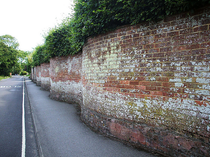 wavy crinkle crankle walls use less brick than straight walls 11 Popularized in England, These Wavy Walls Actually Use Fewer Bricks Than a Straight Wall
