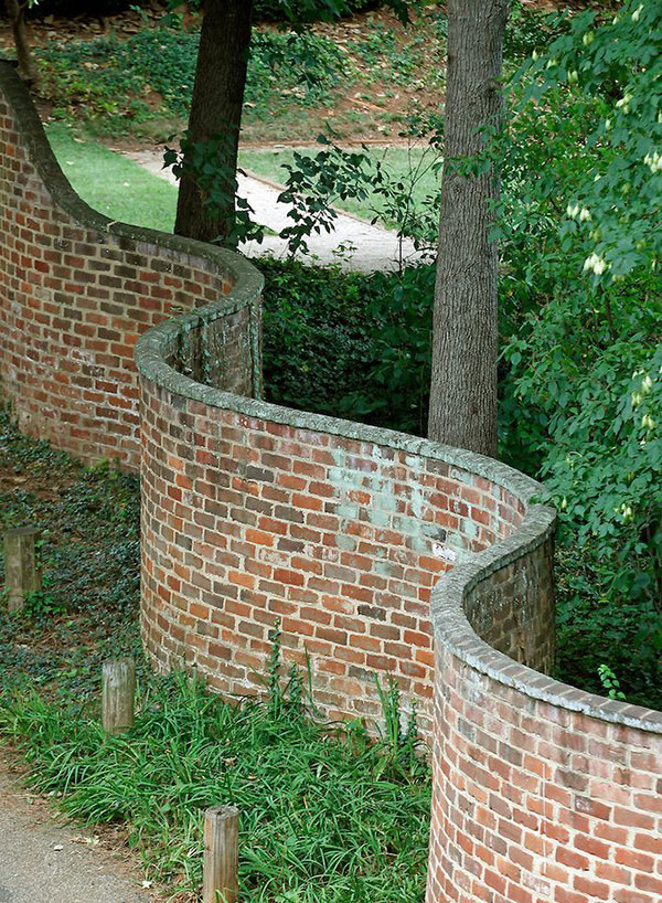 wavy crinkle crankle walls use less brick than straight walls 3 Popularized in England, These Wavy Walls Actually Use Fewer Bricks Than a Straight Wall