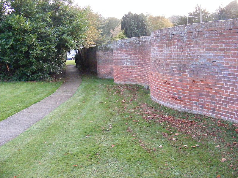 wavy crinkle crankle walls use less brick than straight walls 4 Popularized in England, These Wavy Walls Actually Use Fewer Bricks Than a Straight Wall