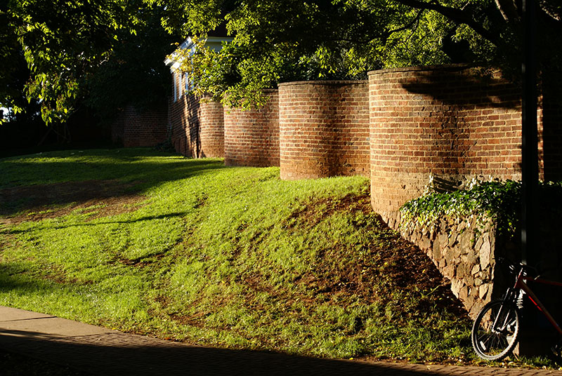 wavy crinkle crankle walls use less brick than straight walls 5 Popularized in England, These Wavy Walls Actually Use Fewer Bricks Than a Straight Wall