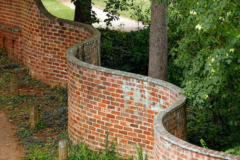 wavy crinkle crankle walls use less brick than straight walls 7 Popularized in England, These Wavy Walls Actually Use Fewer Bricks Than a Straight Wall