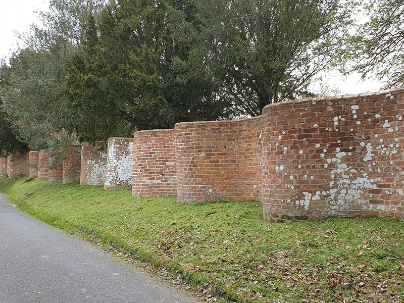 wavy crinkle crankle walls use less brick than straight walls 8 Popularized in England, These Wavy Walls Actually Use Fewer Bricks Than a Straight Wall