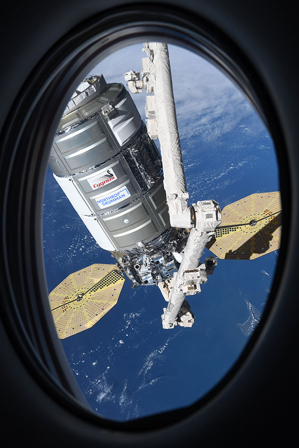 astronaut mike hopkins photos from window of spacex crew dragon resilience 3 Astronaut Mike Hopkins is Sharing Photos from his Window Seat and Theyre Incredible