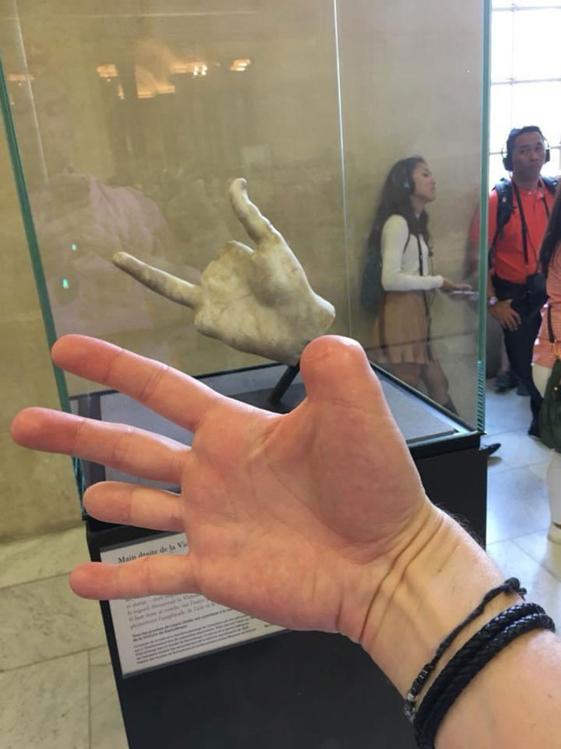 art completes me guy missing fingers find statue hand with missing fingers This Guy Went to the Louvre and Found Art that Completes Him