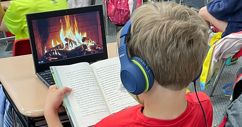 This Kid Made His Own Cozy Atmosphere During Reading Time