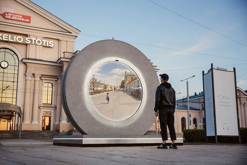 portal statues vilnius lublin lithuania poland 1 Portals Erected in Lithuania and Poland Let People See Each Other in Real Time