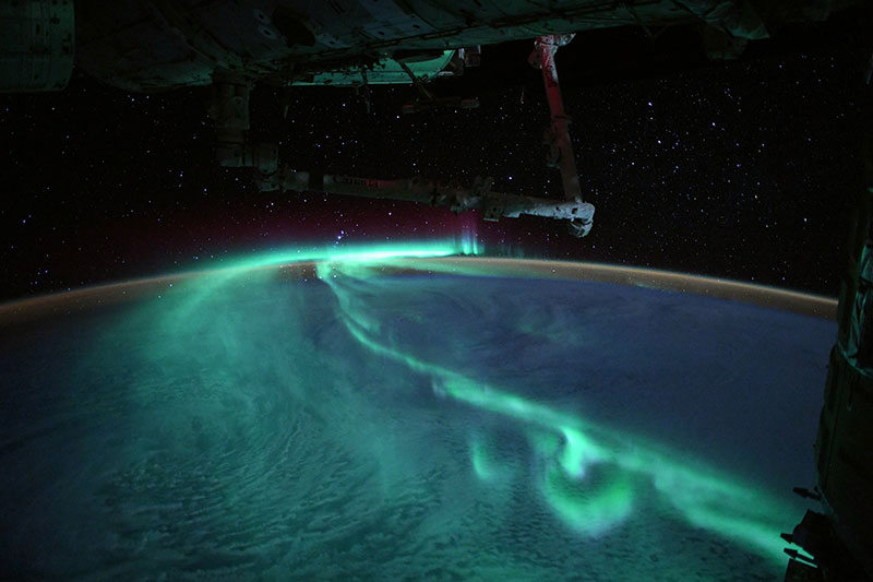 thomas pesquet aurora astralis southern lights esa iss 4 An Astronaut Captured the Southern Lights Under a Full Moon and Theyre Stunning