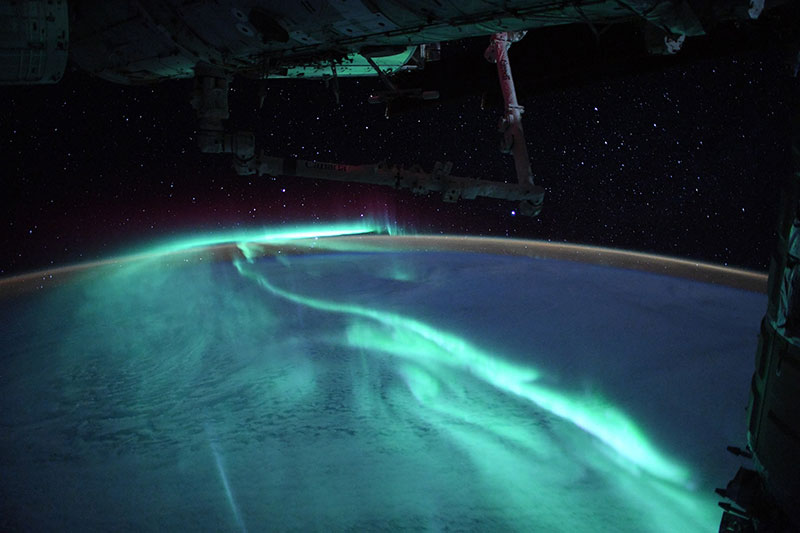 thomas pesquet aurora astralis southern lights esa iss 5 An Astronaut Captured the Southern Lights Under a Full Moon and Theyre Stunning